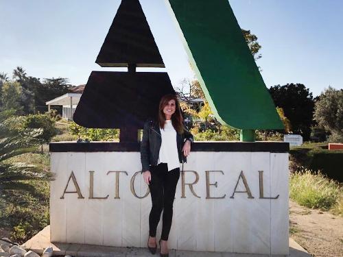 Entrada con cartel de bienvenida a Altorreal y Laura Soriano