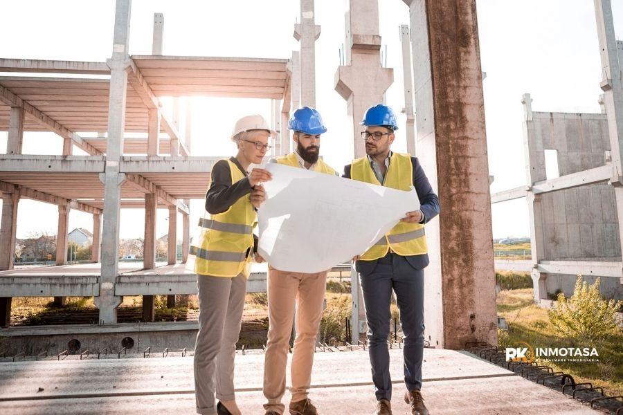 Imagen de arquitectos en construcción de edificio.